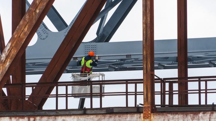 Через Омку строят новый железнодорожный мост — смотрим, что успели сделать за полгода