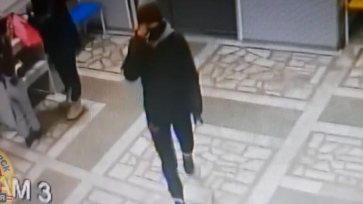 Полицейские по видео нашли воровку коляски. Ей не помог даже шарф, закрывающий лицо