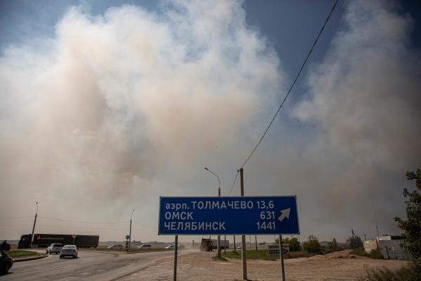 Из-за вспыхнувшего мусора дым окутал развязку на выезде из города