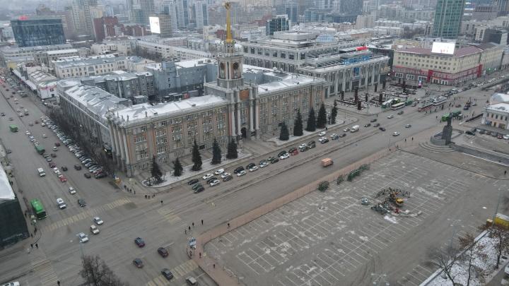 На площади 1905 года начали устанавливать елку-конус. Рассказываем, каким будет ледовый городок