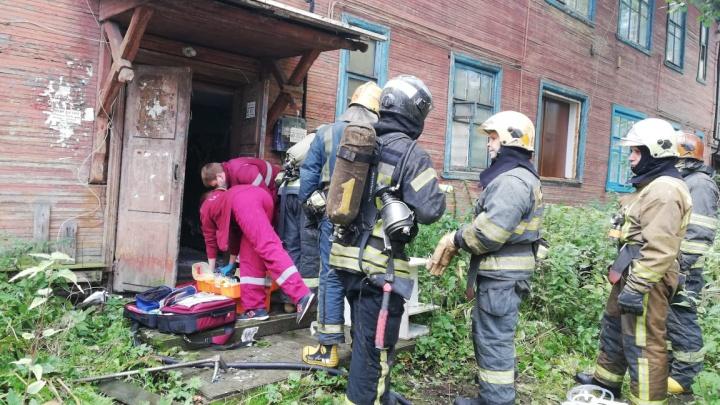 В центре Архангельска горел деревянный дом: погибла женщина, которая проживала в нем одна
