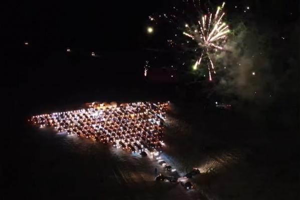 Для создания праздничной атмосферы водители запускали в воздух фейерверки