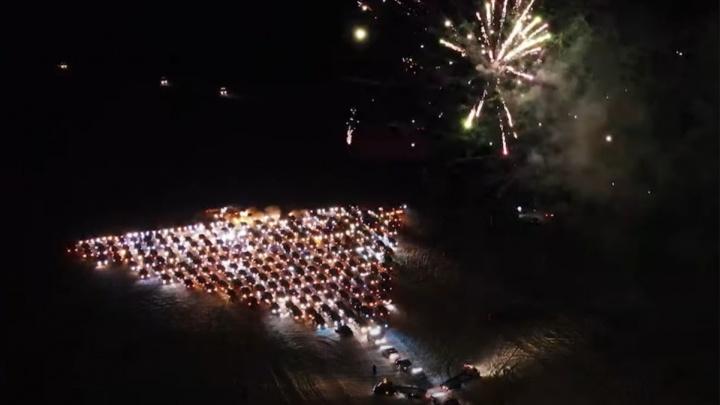 Омские водители создали огромную елку из 310 автомобилей