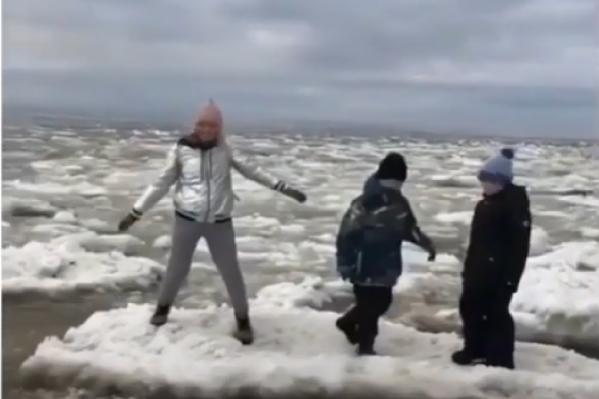 Женщина и двое детей прыгали по льдинам, её знакомая снимала это на камеру