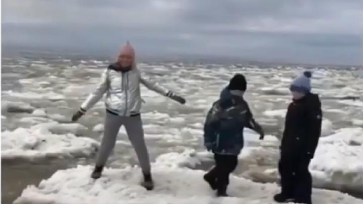 На авторов видео, где дети прыгают по льдинам на Белом море, отказались заводить уголовное дело