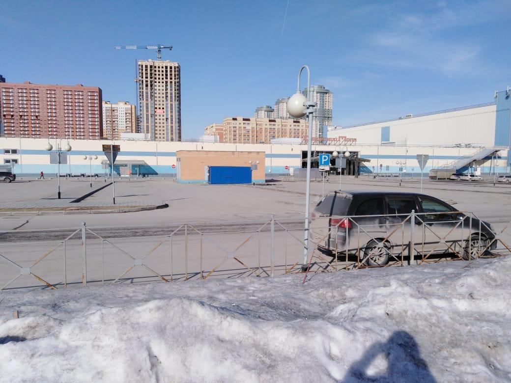 Парковка «Сибирского Молла». Машин мало, это радует!