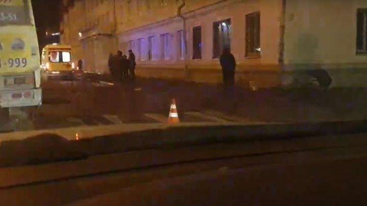 В центре Архангельска сбили женщину с собаками. Водитель скрылся с места ДТП