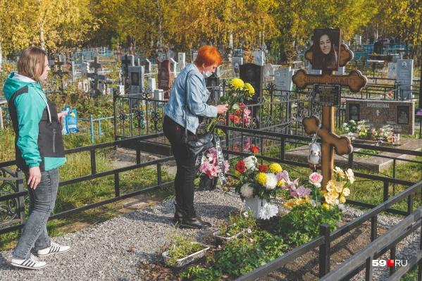 Мама погибшей Даши приходит на могилу погибшей дочери каждую субботу