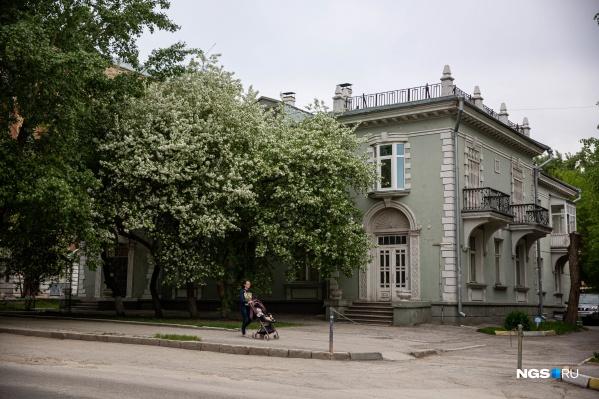 Небольшой дом на улице Максима Горького, 26а — один из самых красивых в тихом центре и точно самый популярный у фотографов