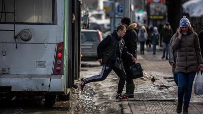 Город превращается в лужу: 15 фото с затопленных улиц Новосибирска (пешеходы — герои)