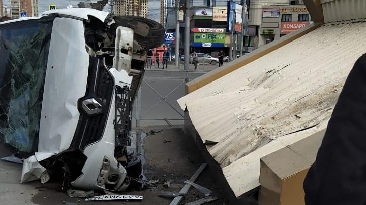 Автомобиль такси вылетел с дороги и перевернулся у метро «Золотая Нива»