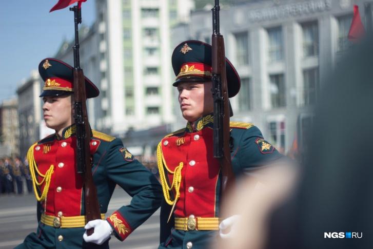 Молодые ребята-солдаты очень серьезны: несмотря на то что зрителей мало, торжественный парад не перестает быть очень ответственным мероприятием