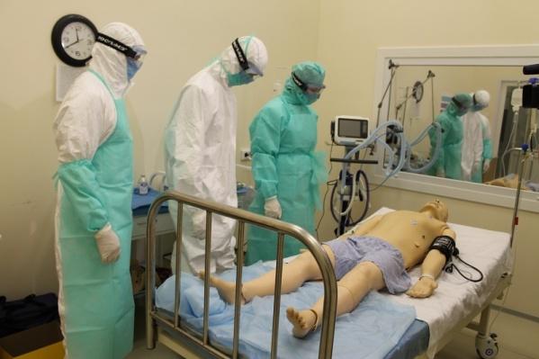Врачи отрабатывают навыки использования аппарата искусственной вентиляции лёгких на симуляторе