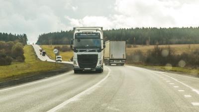 Днем не ездить, нужно поберечь дороги: на федеральных трассах вводят ограничения для большегрузов