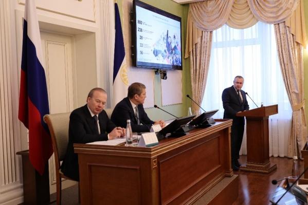 Александр Шельдяев (справа) отметил, что жители региона иначе относятся к прививке от коронавируса, чем власти