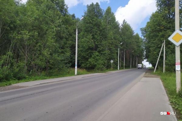 В этом месте тротуар прерывается на одной стороне и начинается на другой, при этом пешеходного перехода нет. А до ближайшего надо идти около 500 метров по обочине