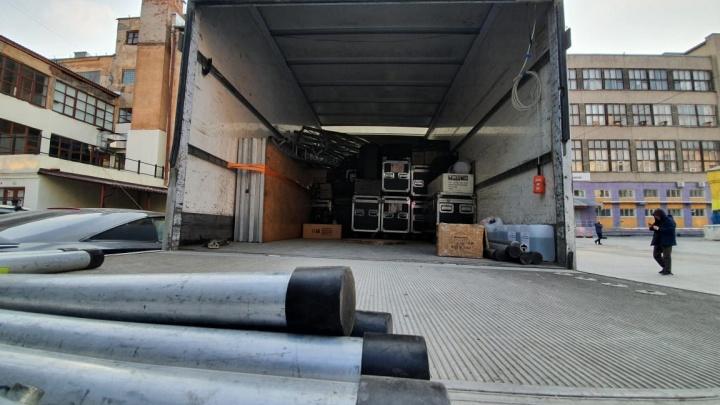 «Не дали выехать грузовику»: у «Теле-клуба» случился конфликт с владельцем здания на Ленина