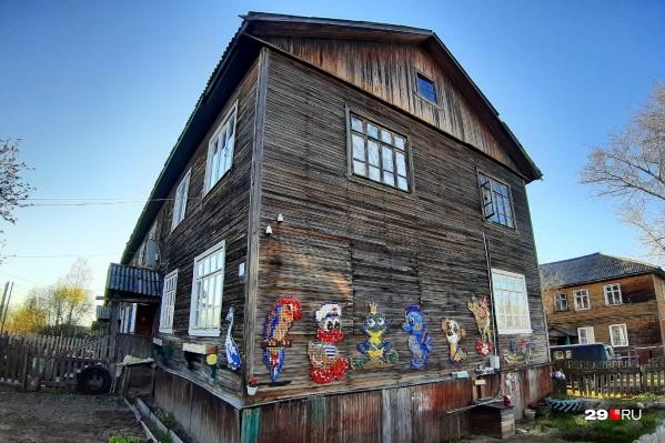 Этот домик находится в Кегострове, сразу видно, что живут в нем люди творческие