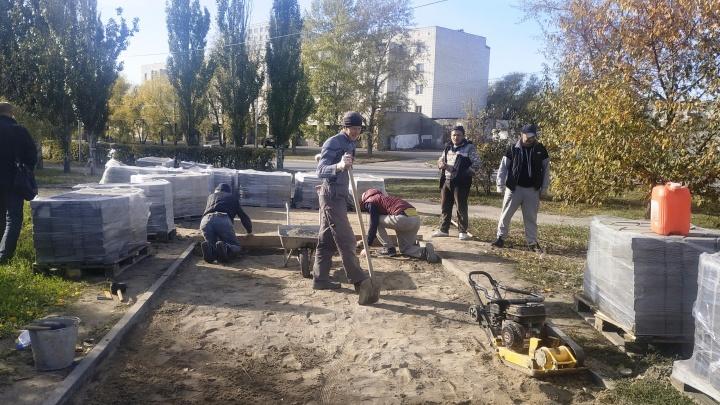 В мэрии объяснили, как омичкам удалось раскрошить плитку из сквера Молодожёнов