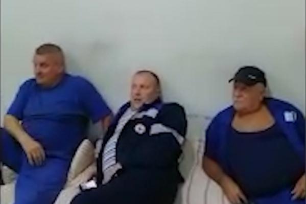 Водителям приходится спать на полу