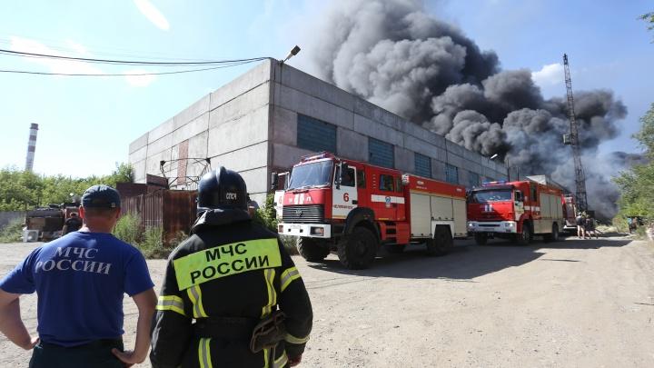 В челябинской промзоне произошёл пожар со взрывами, дым видели со всех концов города. Онлайн-репортаж
