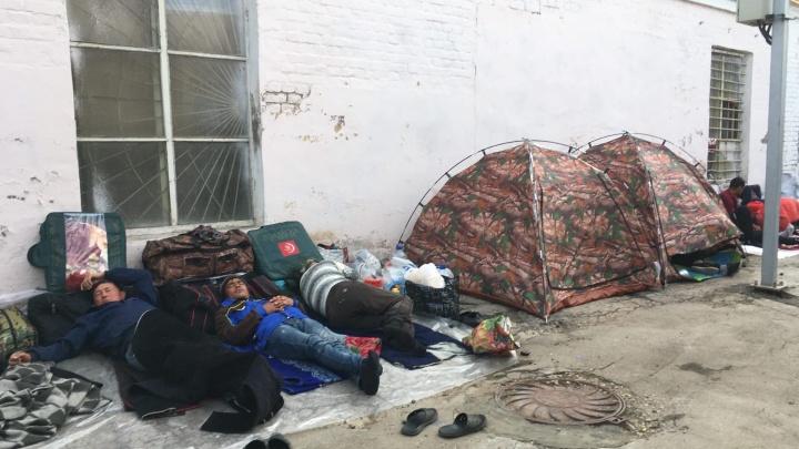 «Спят прямо на улице»: на железнодорожном вокзале Кинеля поселились 400 мигрантов