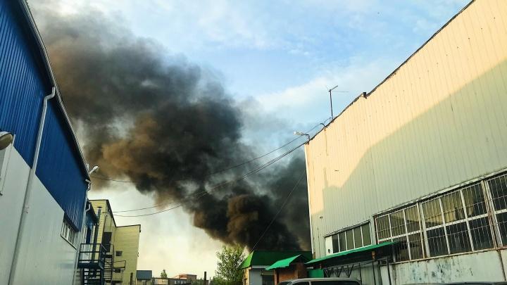 На Щербакова в заречной части Тюмени серьезный пожар. Из огня спасают машины