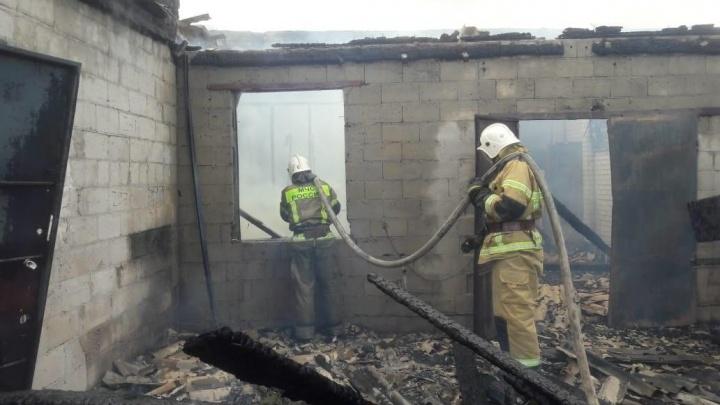 «Топливо разлилось на 100 квадратных метров»: в Волгограде потушили крупный пожар в промзоне