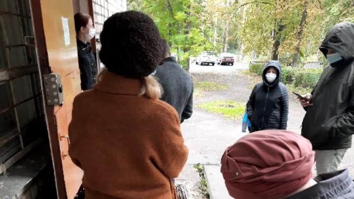 Больные и здоровые вместе: в Ярославле пациентов выставили на улицу ждать приёма к терапевту
