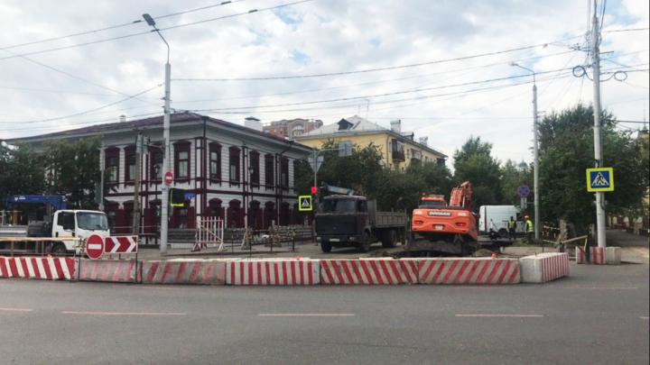 Перекрёсток в центре Красноярска закрыли из-за аварийного ремонта теплосетей