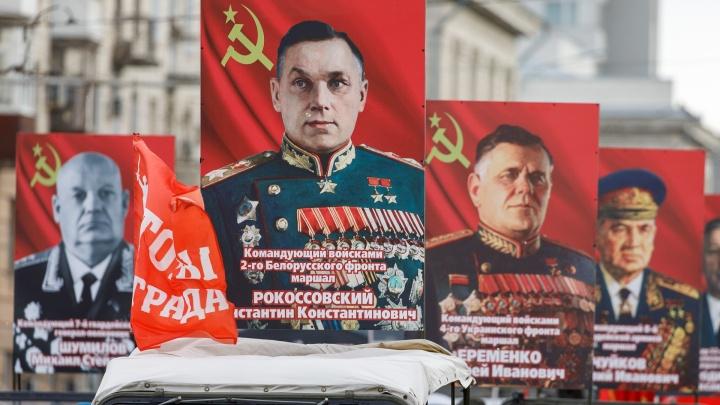 С портретом Сталина во главе: волгоградцы провезли по пустому городу героев «Бессмертного полка»
