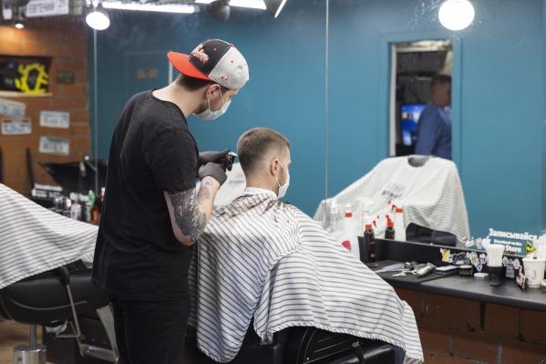 В некоторых регионах России парикмахерским разрешили работать с соблюдением всех санитарных норм. Но не в Тюмени