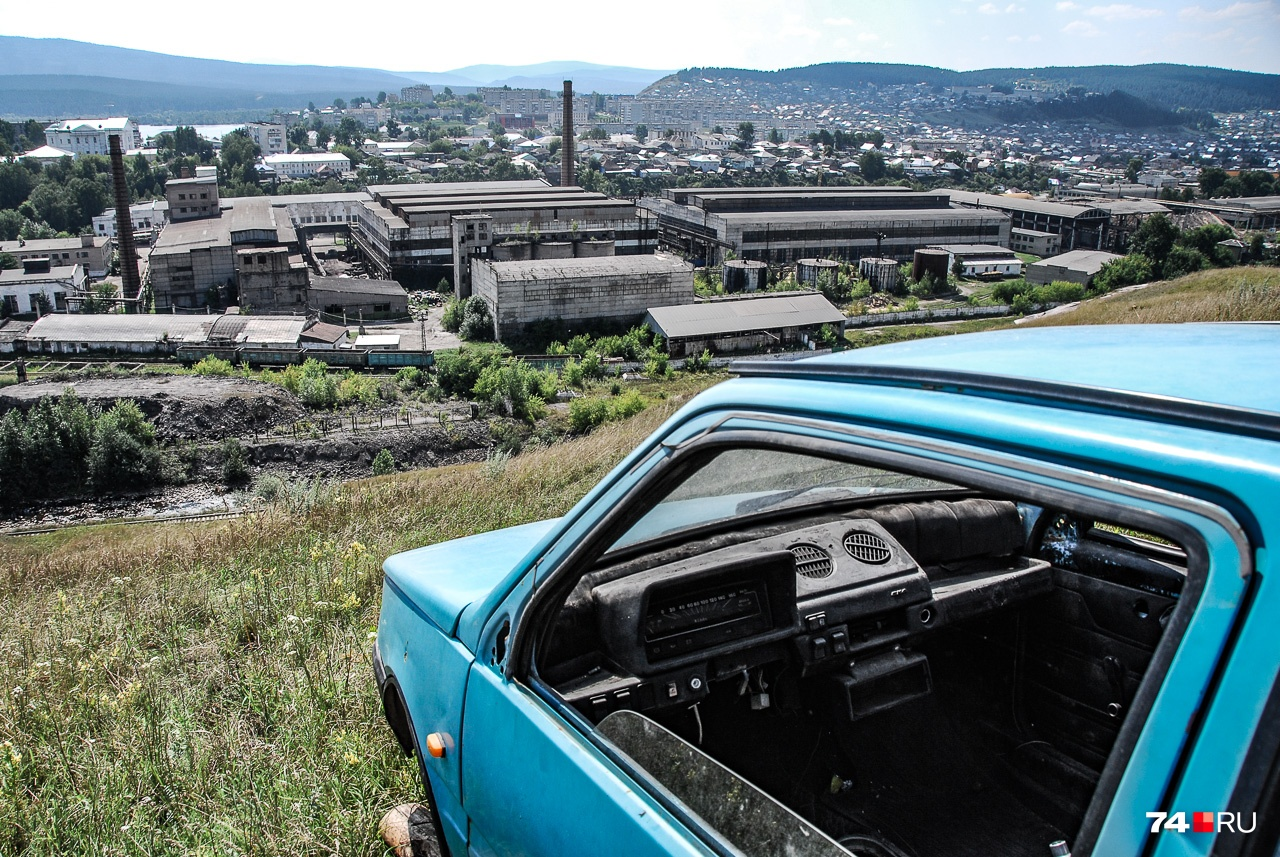 Брошенная «Ока» смотрит на завод, с которого начинался город