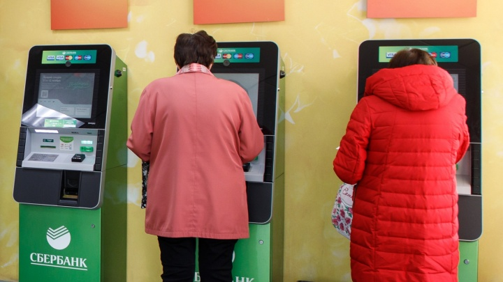 «Используйте больше безнал»: волгоградцев призвали не бежать в банкоматы за снятием денег