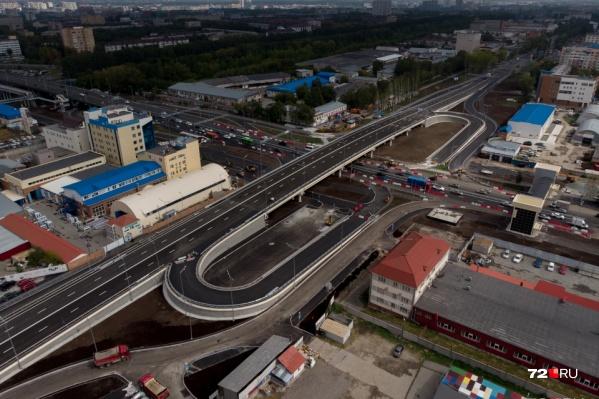 """Развязку построили в рамках проекта превращения улицы Мельникайте<a href=""""https://72.ru/text/gorod/50441861/"""" class=""""_ io-leave-page"""">в непрерывную магистраль</a>. Планируется, что по улице организуют непрерывное движение через районы с большими развязками на разных уровнях вместо перекрёстков, со звукоизолирующими экранами, надземниками"""