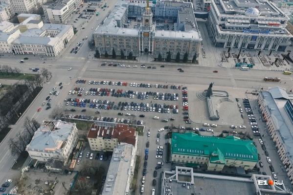 Парковка на площади 1905 года вечно забита машинами, даже если в городе объявлен карантин