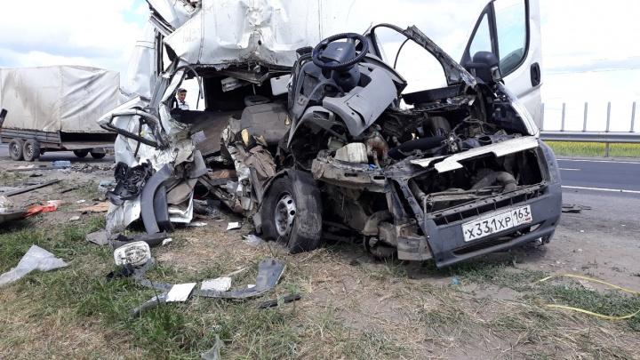 Ребенок и мужчина погибли: в Самарской области микроавтобус въехал в «Валдай» на обочине