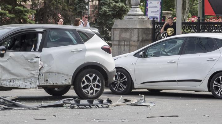 В Волгограде два автомобиля столкнулись на пустой дороге