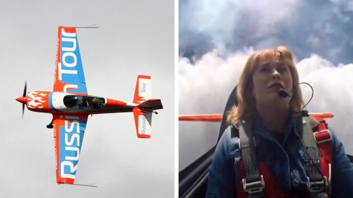 «Аж мороз по коже»: женщина-лётчик сняла видео из кабины во время смертельно опасных трюков