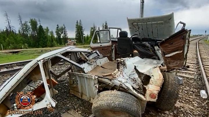 Старый УАЗ залетел под грузовой состав, есть погибшие: инспекторы выясняют, кто был за рулем