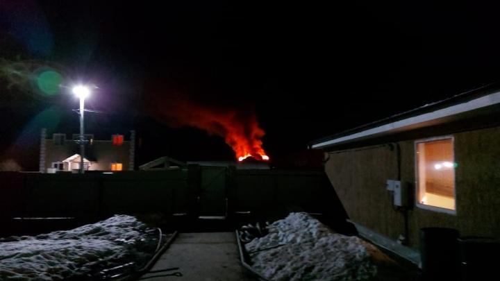 В поселке под Екатеринбургом сгорел дом, который для вечеринки сняла компания молодых людей