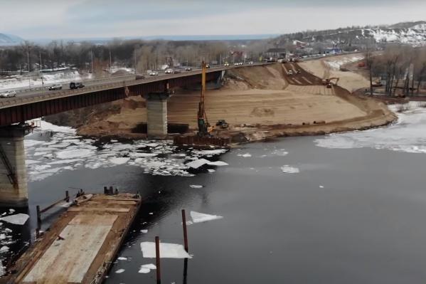 Для строительства у действующего моста установили баржу