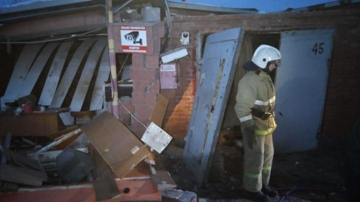 В Кировском округе обрушились перекрытия гаражей — под завалами оказался мужчина