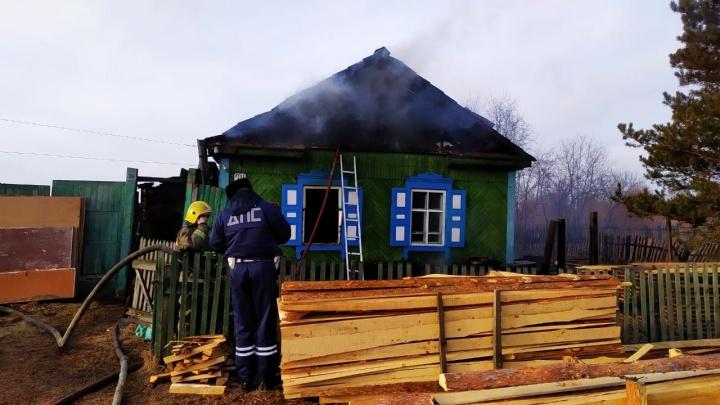 В Канске пожарные потушили частный дом и на руинах нашли тела троих погибших