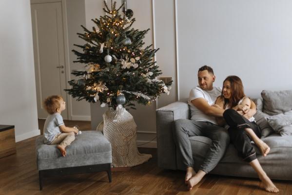В этом году Елене и Ивану Шестаковым удалось купить новую большую квартиру, где они вместе с сыном встречают первый Новый год