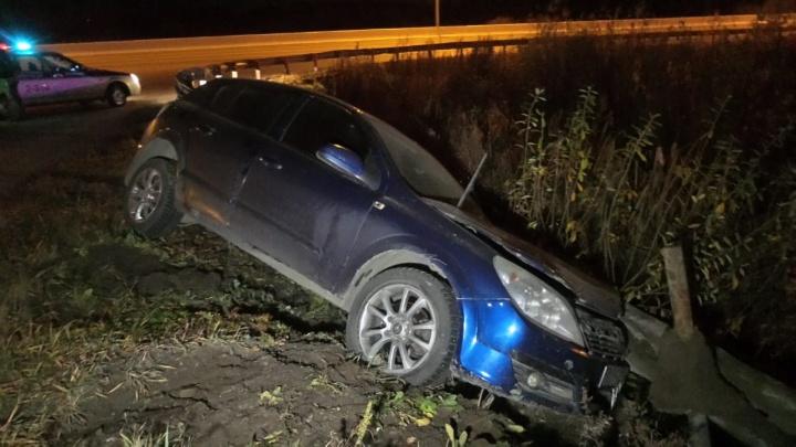 Уходил от столкновения: на Кольцовском тракте Opel снес ограждения и улетел в кювет