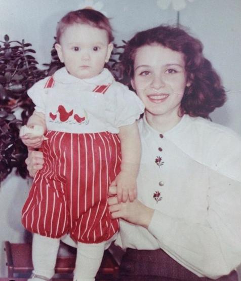 На этом фото также Алёна Истомина со своей мамой. Обратите внимание на вышивку и яркий наряд