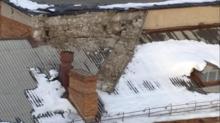 В Ленинском районе кусок штукатурки повис на крыше — он оторвался после схода снега