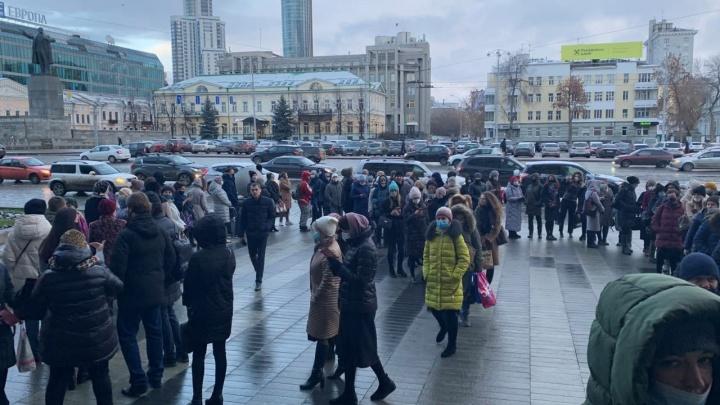 У мэрии Екатеринбурга выстроилась огромная очередь. Рассказываем, что происходит