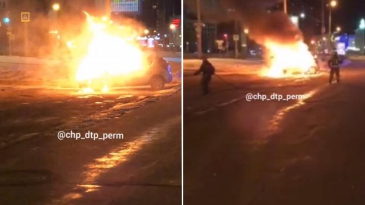 В центре Перми ночью сгорел автомобиль. Видео